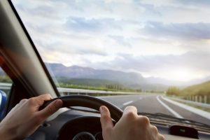 Vor einem Bahnübergang müssen Sie die Geschwindigkeit reduzieren.