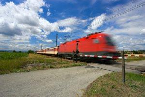 An einem Bahnübergang müssen Sie besondere Vorsicht walten lassen.