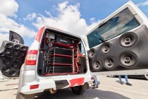 Wünschen Sie sich ein große Bassbox im Auto, muss diese ggf. im Kofferraum untergebracht werden.