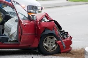 Führt ein schwerer Autounfall zum Beckenbruch, kann ein Schmerzensgeld gerechtfertigt sein.