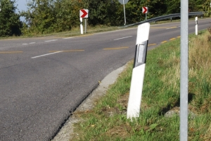 Orientieren Sie sich an einem Begrenzungspfeiler um zu prüfen, ob Sie den Sicherheitsabstand auf der Landstraße einhalten.