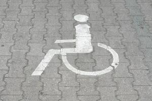 Auf einem Behindertenparkplatz nur mit einem Behindertenausweis zu parken, ist ordnungswidrig. Sie benötigen einen Behindertenparkausweis!