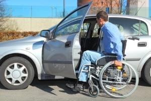 """Behindertenparkausweis: Die """"Parkkarte für Behinderte"""" erlaubt das Stehen auf einem Behindertenparkplatz."""