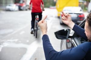Eine Beleidigung im Straßenverkehr kann auch non-verbal erfolgen.