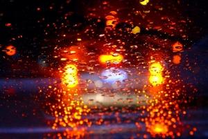 Bei Regen und Dunkelheit unerlässlich: Die Beleuchtung am Kfz.