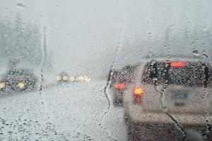 Die Beleuchtung am Pkw kann bei schlechten Witterungsverhältnissen die Sicht verbessern.