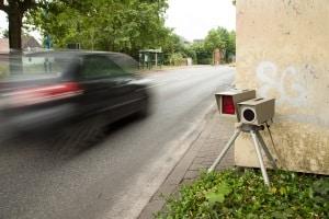 Je genauer die Dokumentation der Geschwindigkeitsverstöße ist, desto höher ist die Wahrscheinlichkeit, einen Blitzer erfolgreich anfordern zu können.