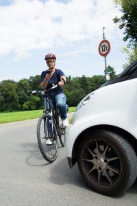 Für die Handynutzung am Steuer während der Fahrt droht ein Bußgeld, sei es Fahrrad oder Auto.