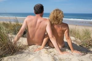Bußgeld: Im Urlaub sollten Sie sich informieren, ob FKK dort nicht verboten ist.