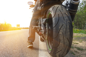 Ein Bußgeld auf dem Motorrad droht, wenn Sie am Tag ohne Abblendlicht oder Tagfahrlicht fahren.