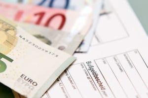 Wer gegen einen Bußgeldbescheid Einspruch erhebt, muss Kosten tragen, die vor Gericht und für den Anwalt anfallen.