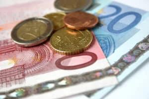 Zu jedem Bußgeldbescheid fallen Gebühren von 25 Euro an.