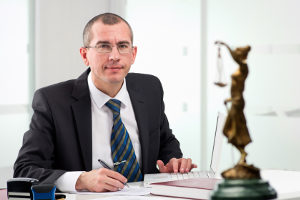 Ob bei einem Bußgeldbescheid ohne Foto ein Einspruch Aussicht auf Erfolg hat, kann ein Anwalt beurteilen.