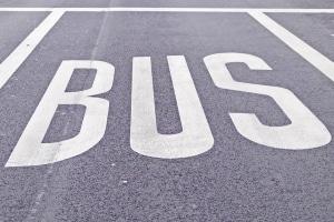 Bußgeldkatalog: Auf der Busspur dürfen ausschließlich Busse fahren und halten.