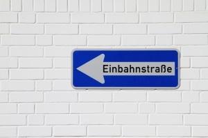 Der Bußgeldkatalog Einbahnstraße bestraft das Fahren in falscher Richtung.