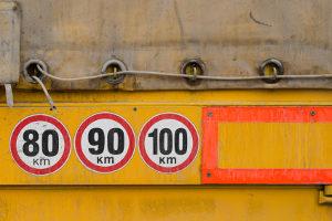 Geschwindigkeitsverstoß: Der Bußgeldkatalog für LKW sieht hohe Strafen vor.