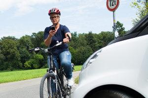 """Der Bußgeldkatalog für Radfahrer kennt auch den Tatbestand """"Handy auf dem Fahrrad genutzt""""."""