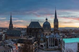 Bei einem Verstoß gegen das Verkehrsrecht ist die Bußgeldstelle Aachen zuständig. NRW hat insgesamt 34 Behörden zur Ahndung von Verkehrsvergehen.
