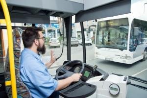 Ein Busunfall kann auch aufgrund der Unachtsamkeit des Fahrers entstehen.