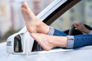 Darf man barfuß dem Autofahren frönen oder ist das verboten?