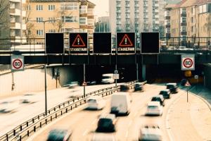 Dauerlichtzeichen: Rote gekreuzte Schrägbalken zeigen zum Beispiel an, dass der Fahrstreifen nicht benutzt werden darf.