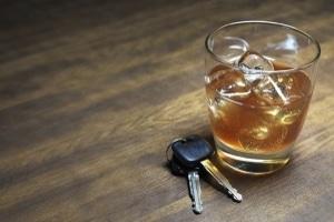 Ist ein Mitarbeiter alkoholisiert mit dem Dienstwagen in einen Unfall verwickelt, haftet er unter Umständen selbst für den Schaden.