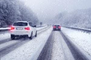 Das Driften kann im Winter unter Strafe gestellt sein, wenn damit eine unangepasste Fahrweise einhergeht.
