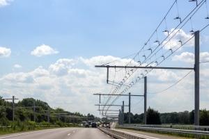 Auf dem E-Highway verlaufen über einer Fahrspur Oberleitungen.