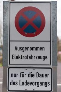 Ein E-Parkplatz ist nur für Fahrzeuge mit E-Kennzeichen gedacht.