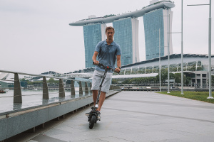 Ein E-Scooter darf nur mit Versicherungskennzeichen im Straßenverkehr genutzt werden.