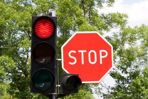 Ein Fahrverbot zu umgehen, ist bei einem Rotlichtverstoß schwierig.