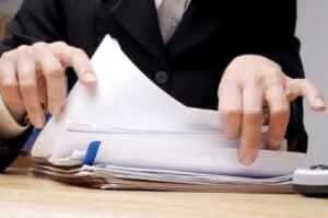 Den Einspruch gegen einen Bußgeldbescheid sollten Sie per Post oder Fax an die Behörde senden.