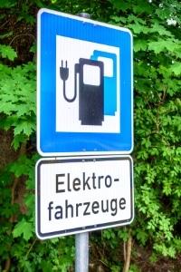 """Elektroauto """"tanken"""": Der Preis richtet sich nach dem Anbieter."""