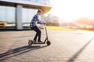 Elektroroller mit Straßenzulassung: Ohne Führerschein dürfen nur E-Scooter gefahren werden.