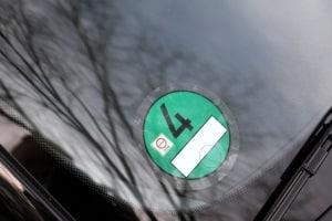 Mithilfe der im Fahrzeugschein enthaltenen Schlüsselnummer die grüne Plakette erhalten: Es ist ganz einfach.