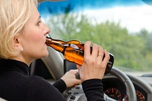 Alkohol am Steuer kann zum Entzug der Fahrerlaubnis führen.