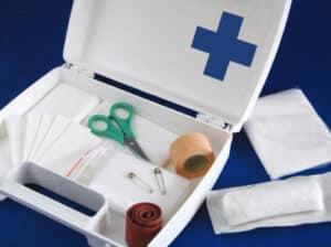 Erste Hilfe Verbandskasten immer dabei haben