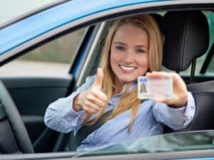 Fahranfänger mit Führerschein in der Hand