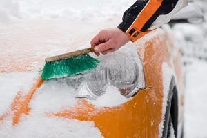 Vor dem Fahren im Schnee, muss das Fahrzeug vollständig von selbigem befreit werden.