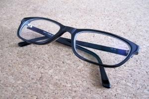 Fahren ohne Brille kann ein Bußgeld nach sich ziehen.