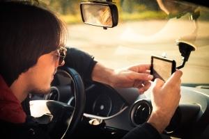 Fahren ohne Sehhilfe kann Unfälle zur Folge haben. Brillenträger sollten die Sehhilfe beim Fahren tragen.