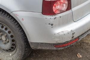 Fahrerflucht: Schon ein Kratzer an der Stoßstange kann zu einer Strafe führen.