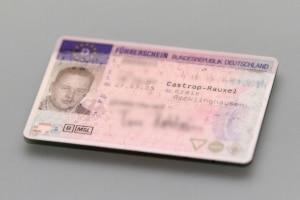 Beim Ersterwerb einer Fahrerlaubnis müssen 30 Fahrschul-Fragen in der Prüfung beantwortet werden.