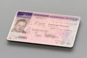 Das Bestehen einer Fahrerlaubnis wird durch den Führerschein nachgewiesen.