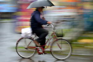 Mit dem Fahrrad im Regen zu fahren, birgt ähnliche Risiken wie beim Motorradfahren auf nassen Straßen.