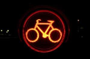Mit dem Fahrrad eine rote Ampel überfahren? Eine Strafe ist die Folge.