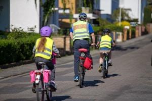 Auf dem Fahrrad ist die Verkehrssicherheit besonders wichtig und sollte schon früh vermittelt werden.