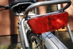 Zur Fahrradbeleuchtung gehört standardmäßig ein Rücklicht.