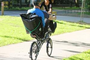 Auf der Fahrradstraße ist erlaubt, dass Radfahrer nebeneinander fahren.