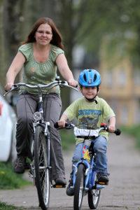 Schlechtes Vorbild: Ein Fahrradsturz ohne Helm ist gefährlich.